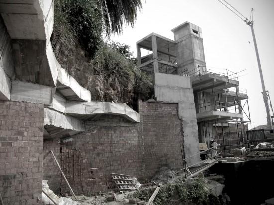 Al fondo aparece la casa en construcción